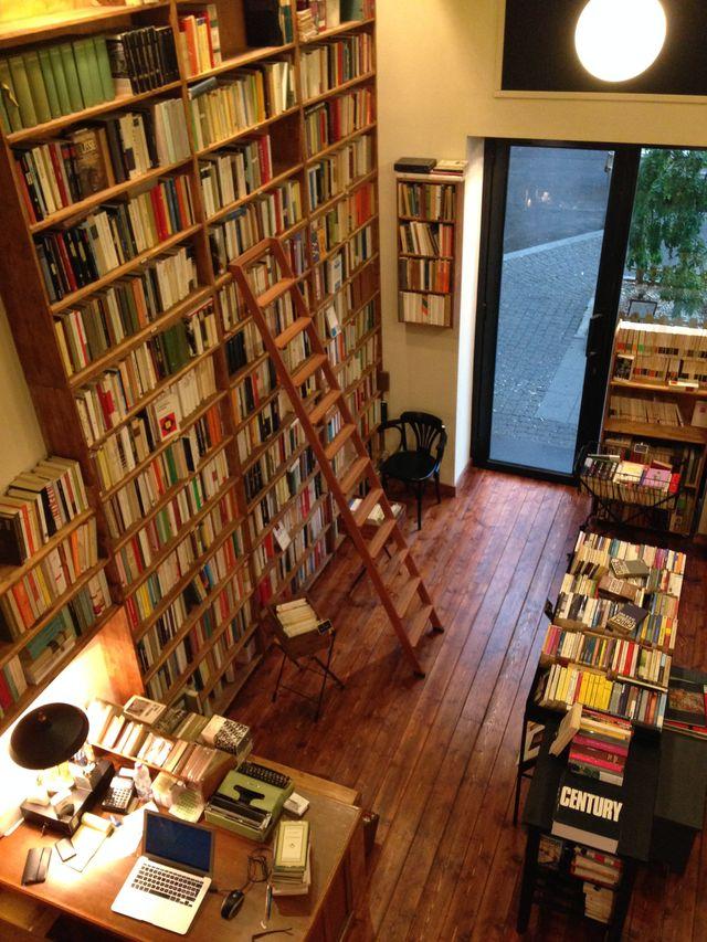 vista da sopra di una libreria con scala librie e computer