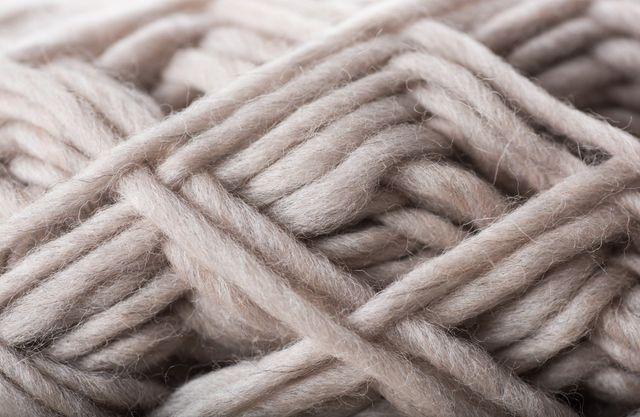 cinque gomitoli di lana di vario colore