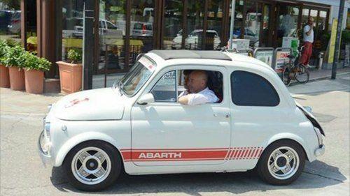 auto 500 Abarth bianca classica parcheggiata