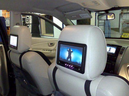 Monitor installati dietro i poggiatesta dei sedili di un'auto