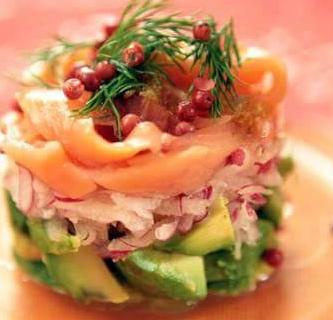 una tartare di pesce con avocado, pepe rosa e rosmarino