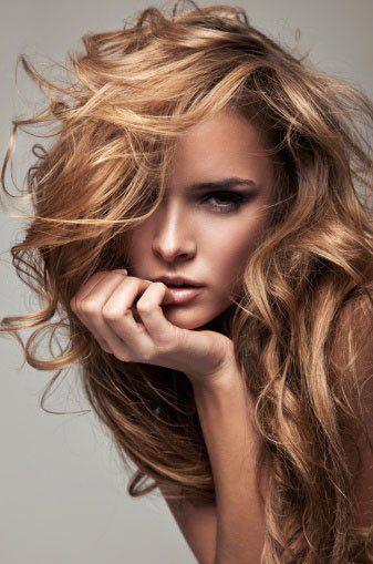 Una donna con capelli mossi