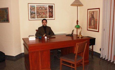 Dott. Canopoli seduto alla scrivania