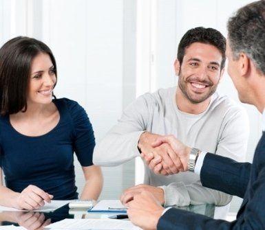 Un consulente stringe la mano a un cliente