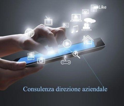 primo piano di mani che usano uno smart phone con ologrammi di icone