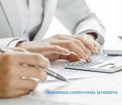 Primo piano delle mani di un consulente che usa una calcolatrice