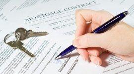 Primo piano di mano che firma un contratto per un mutuo