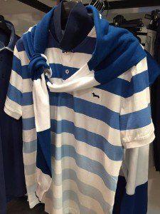 una maglietta bianca a righe blu orizzontali
