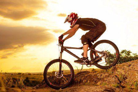 un ragazzo su una mountain bike