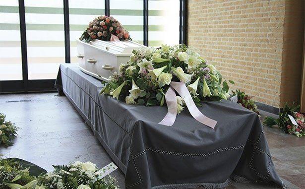 Bara bianco coperto di fiori