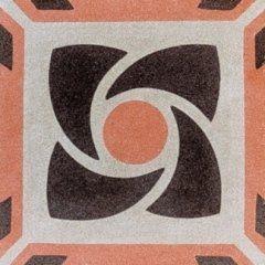 una piastrella di color arancione, marrone e bianco