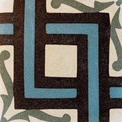 una piastrella di color bianco,grigio e azzurro