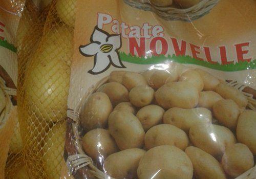 delle patate novelle in una confezione con una rete gialla