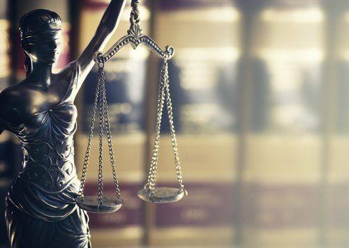 Statuetta raffigurante dea bendata - simbolo di Giustizia
