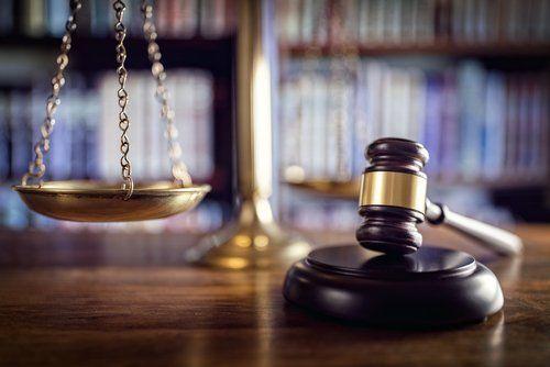 Martelletto di un giudice e bilancino a rappresentare la Giustizia