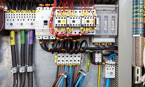 insieme di contatori elettrici cablati tra loro