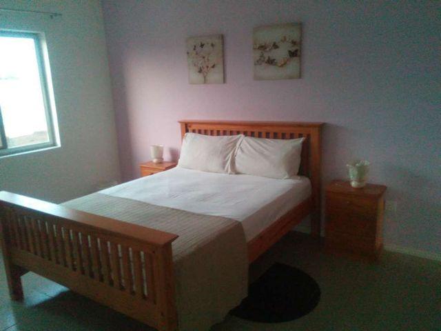 villa 6 bedroom bed