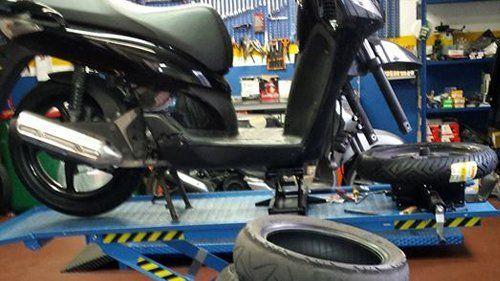 motocicletta durante riparazione in una officina auto con ricambi