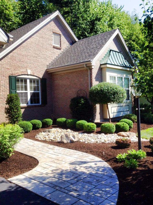 Landscaper providing lawn service in Cincinnati, OH