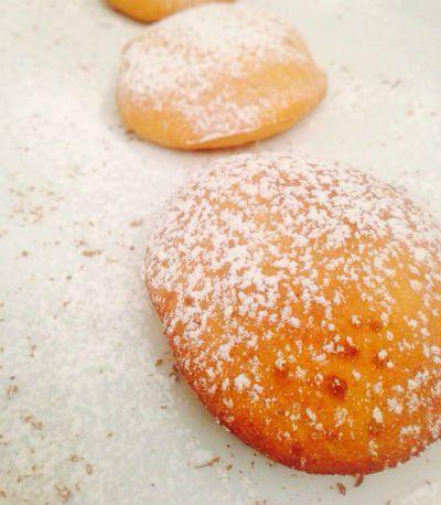 due dolci con dello zucchero a velo