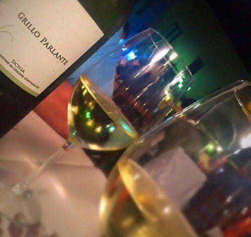 due bicchieri di vino e una bottiglia di vino bianco Grillo Parlante