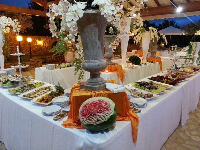 Buffet grande sotto un tetto di legno all'esterno del ristorante, decorazione con orchidee e vasi grandi