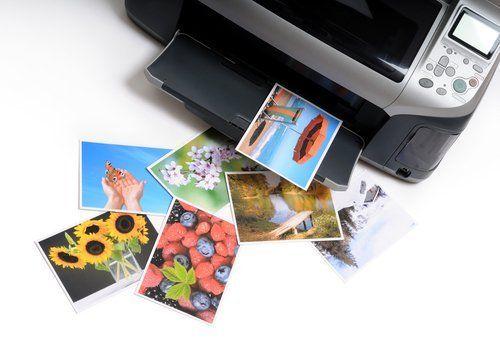stampante con diverse fotogarfiche colorate