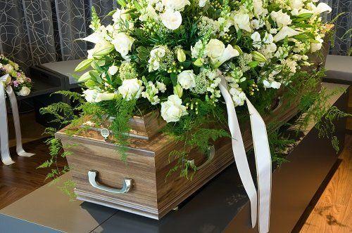 Bara coperta di rose e gigli bianchi