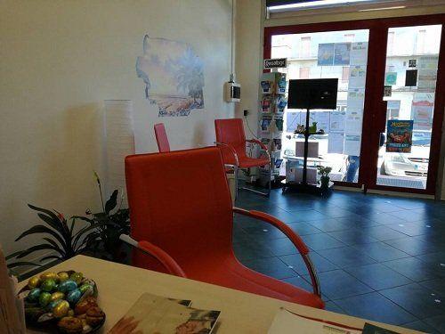 un ufficio con tre sedie di color arancione