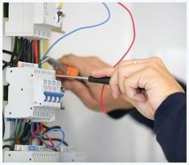 elettricista che lavora su scatola circuiti