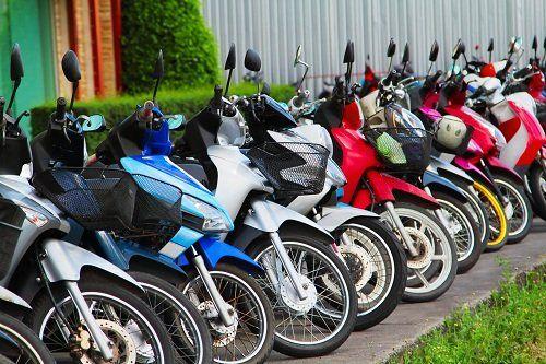 Motocicli di vari colori