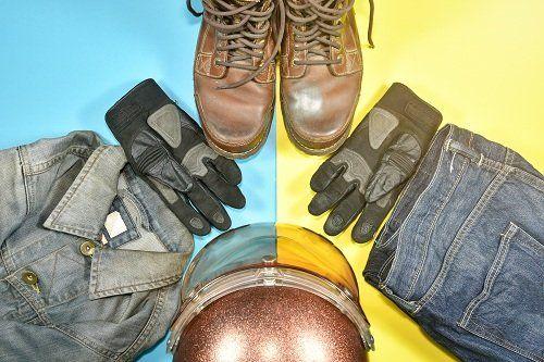 Stivali, guanti, giubbotto e casco