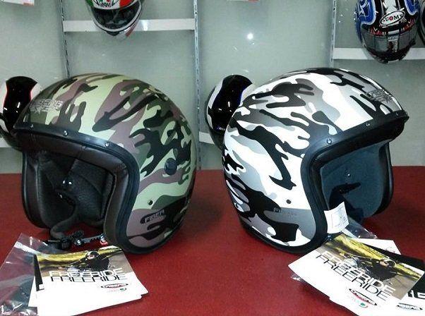 Due caschi  per moto