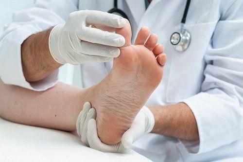 Mani con guanti muovendo il dito del piede