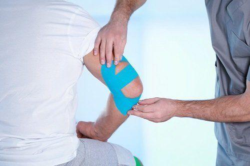 Fisioterapista lavorando l'area del gomito