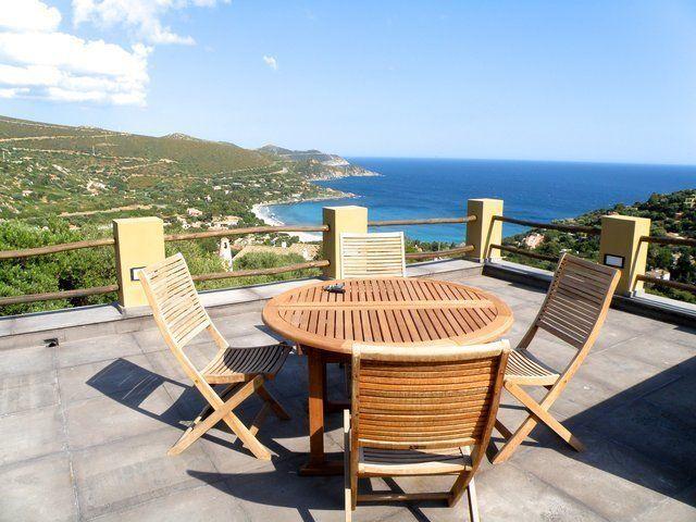 zona aperta di una villa indipendente con tavolo e sedie in legno