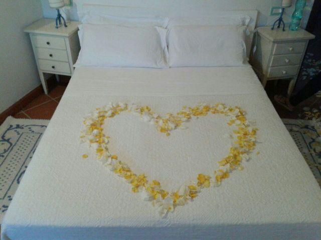 decorazione a forma cuore su un letto