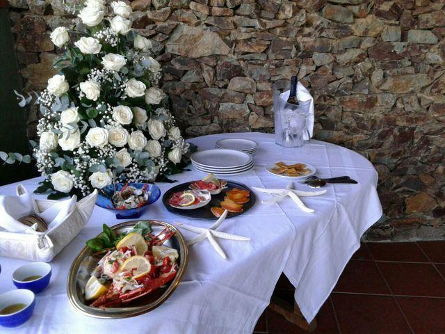 tavolo apparecchiate con bouquet di fiori bianche e insalata