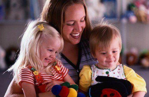 donna bionda sorriso con bambini