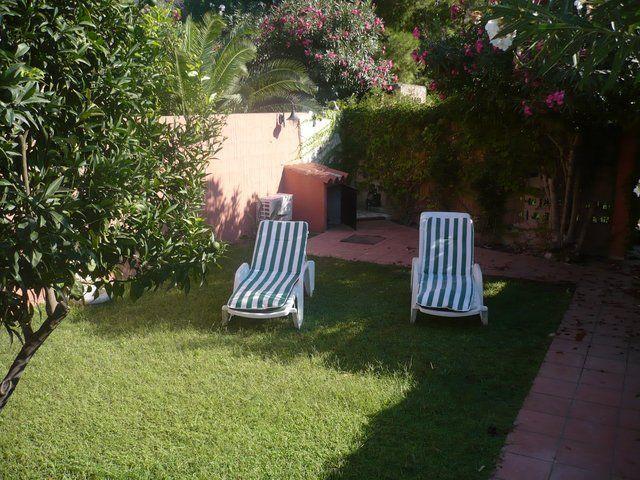 lettini con righe verde e bianche in un giardino