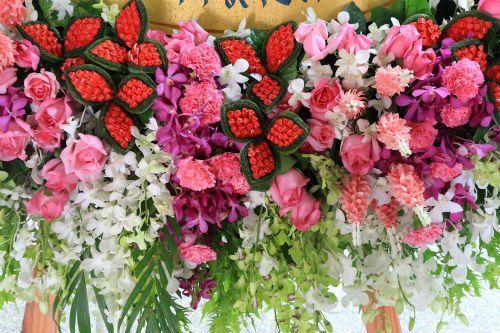 Mazzi di fiori bianche, rossi e rose