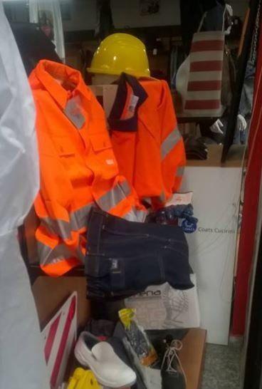 delle uniformi arancioni in catarifrangente e degli elmetti