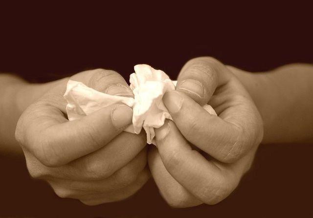 mani che stringono un fazzoletto