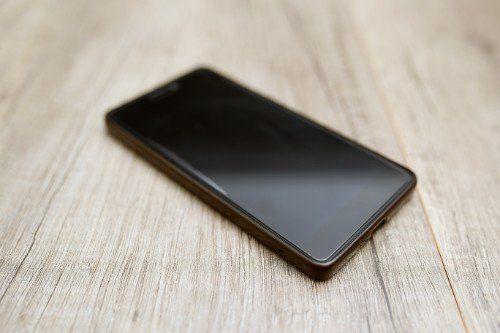 uno smartphone su un tavolo