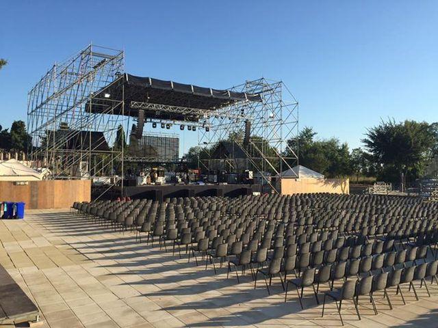 un palco all'aperto e delle sedie