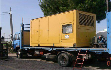 un camion con un container giallo per elettricità'