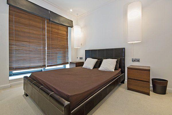 camera da letto di lusso con appesi paralumi
