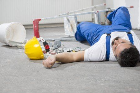 un operaio steso a terra
