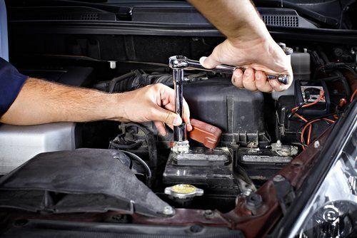 meccanico che aggiusta una macchina