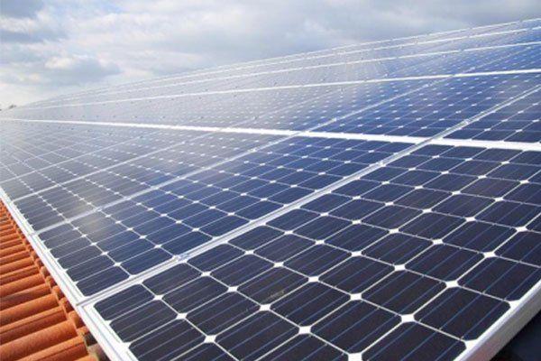 Tetto coperto di pannelli solari